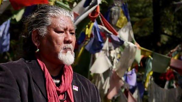 Loten Namling je zpěvák tradiční tibetské hudby, kterou ale přetváří do moderní podoby.