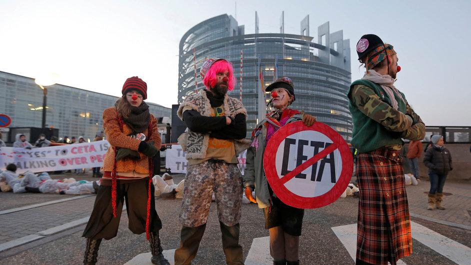 Proti smlouvě CETA před štrasburským sídlem parlamentu iuvnitř protestovalo několik set lidí.