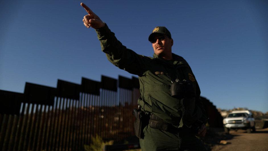 Hlídka na americké straně hranice mezi USA a Mexikem.