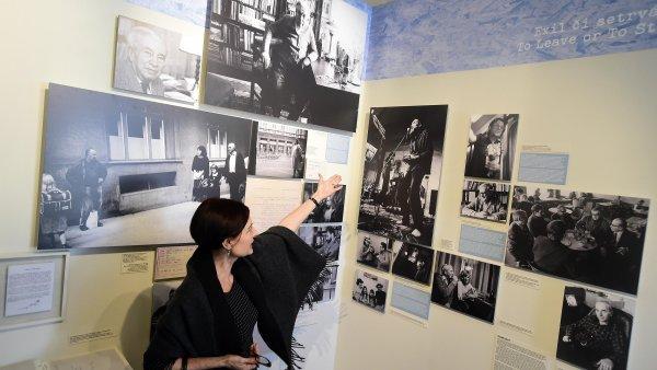 Na snímku z výstavy Charta story je jedna z autorek projektu Zuzana Brikcius.
