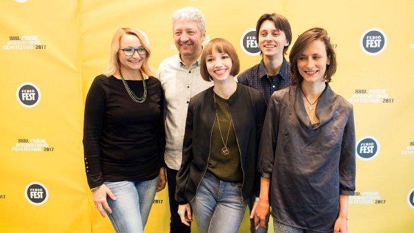 Na snímku jsou autoři filmu Špína: zleva herečka Anna Šišková, producent Miloš Lochman, režisérka Tereza Nvotová, herec Patrik Holubář a scenáristka Barbora Námerová.