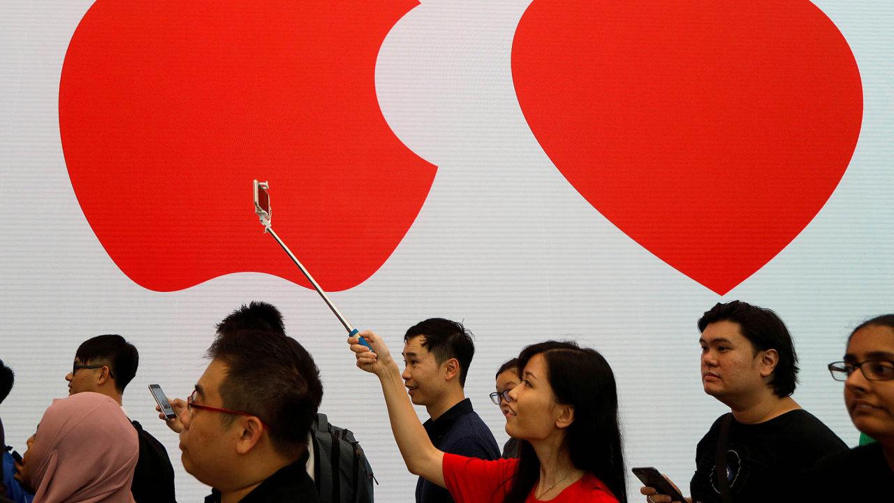 """Apple přitahuje davy, třeba při představení nových modelů či při otevírání obřích """"podnikových prodejen"""" (na snímku), a také investory."""