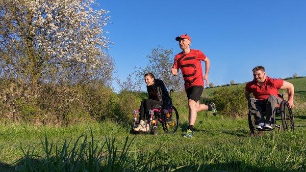Ultramaratonec René Kujan pomáhá vozíčkářům, které dlouhodobě podporuje běžeckými rekordy.