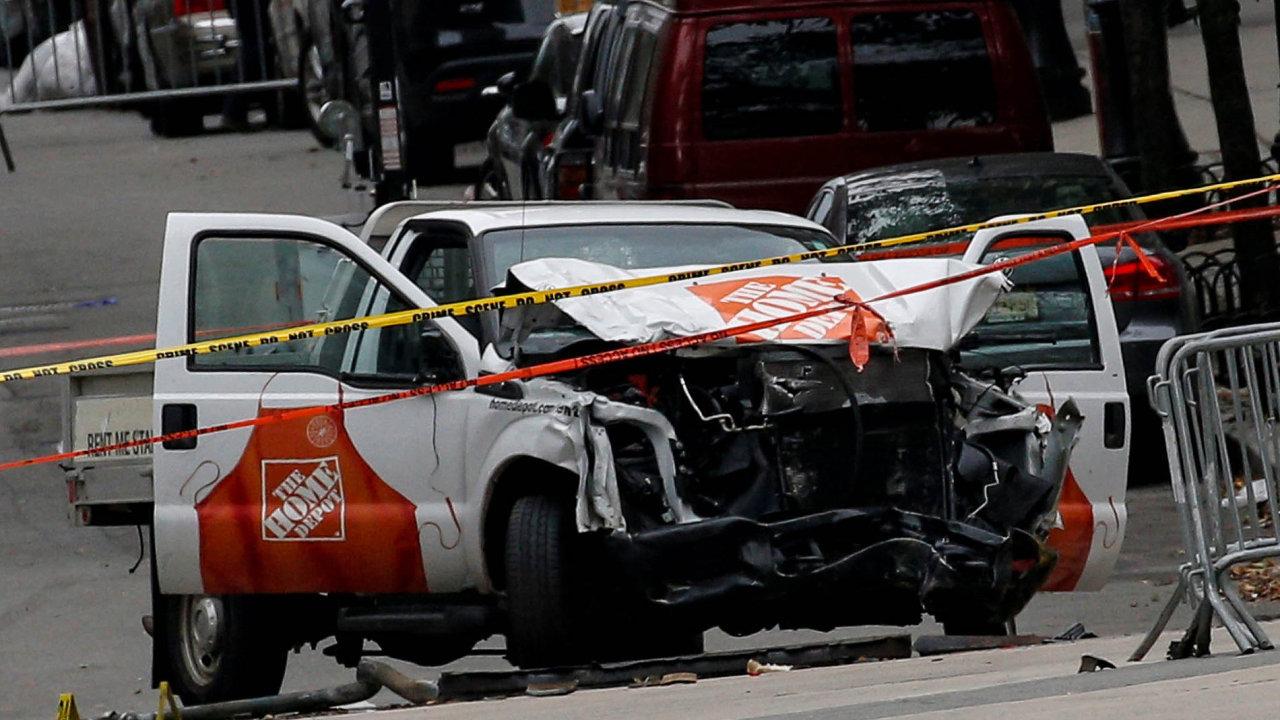 Útok řidiče Uberu: Uzbecký přistěhovalec Sajfulláh Saipov, který pracoval pro Uber, najel naManhattanu dodávkou dolidí a osm jich zabil.