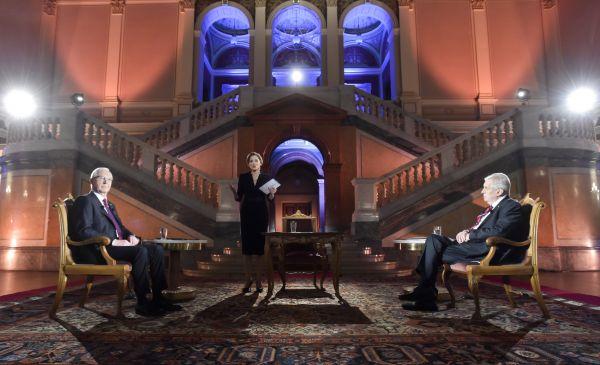Prezidentští kandidáti Miloš Zeman a Jiří Drahoš sesetkali 25. ledna v Praze v poslední televizní debatěpřed druhým kolem prezidentských voleb. Uprostředje moderátorka Světlana Witowská.
