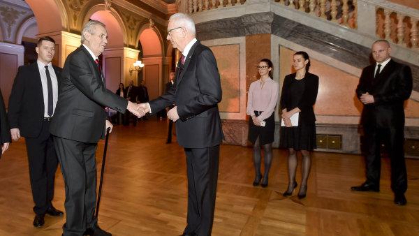 Stávající prezident Miloš Zeman se zdraví se svým protikandidátem Jiřím Drahošem před vzájemnou televizní debatou.
