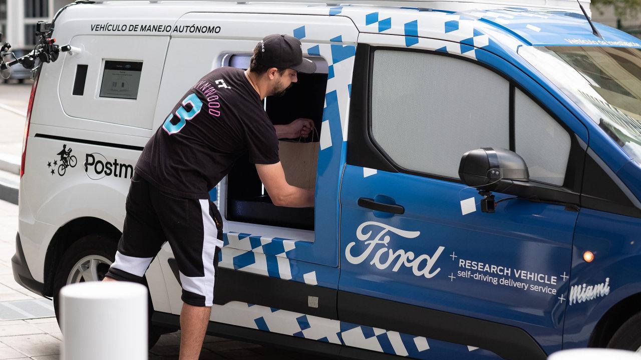 Ford zkouší, jak budou lidé při rozvozu zásilek reagovat na auto bez řidiče