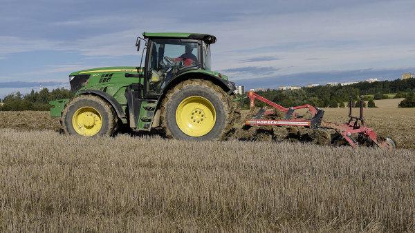 Pole v Česku jsou ve špatném stavu, erodují a nevsakují vodu. Kvůli zástavbě navíc ubývá orné půdy, stát ji proto chce chránit ústavou