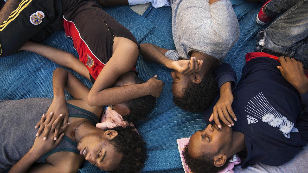 Dny uprchlíků jsou krušné, některé však čeká ještě horší osud v novodobém otroctví.