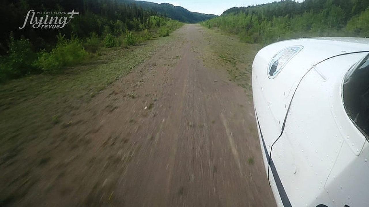 Letiště v zemi nikoho. Přistávací dráha nemá ani zpevněný povrch.