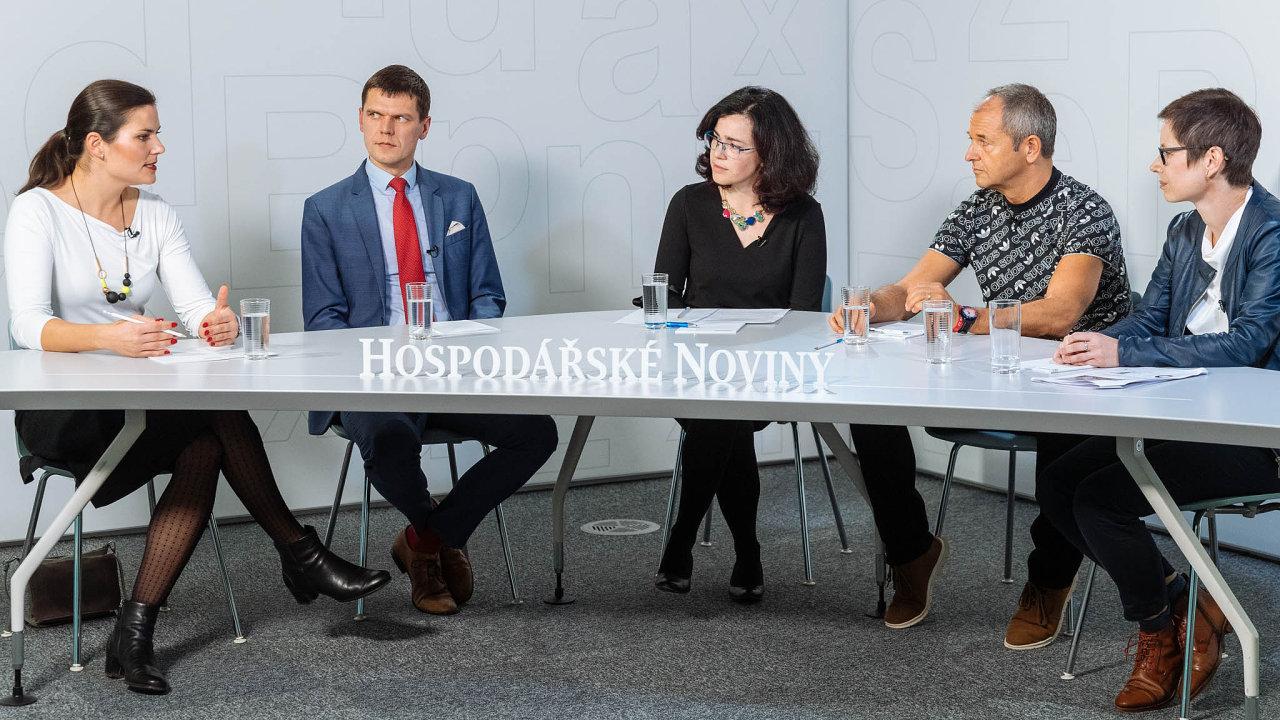 Manželé Husákovi (vlevo Soňa, vedle ní Radek) při diskusi HN. Vpravo Lenka Šilerová z agentury Ipsos, vedle ní je Jan Mühlfeit, který odešel podnikat z Microsoftu.