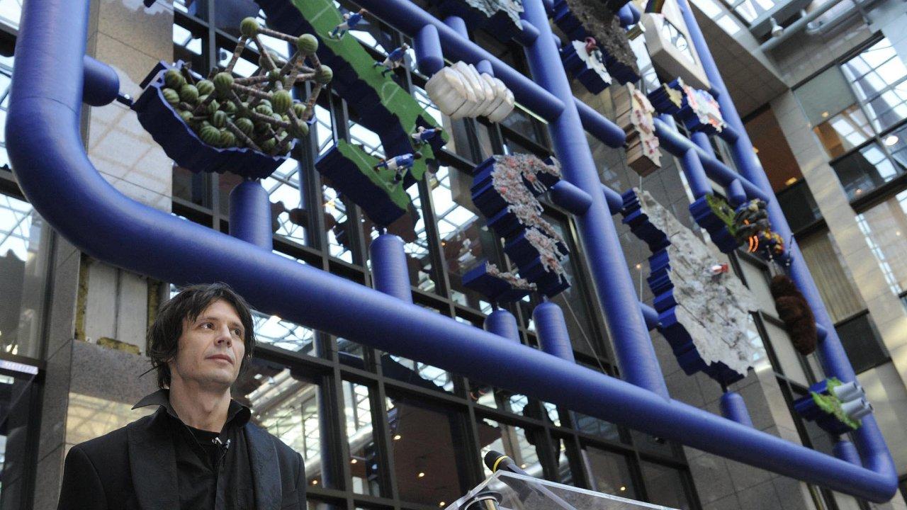 Vsouvislosti sčeským předsednictvím EU se podeseti letech lidem vybaví už jen pád vlády Mirka Topolánka čikontroverzní plastika Entropa Davida Černého (nasnímku).