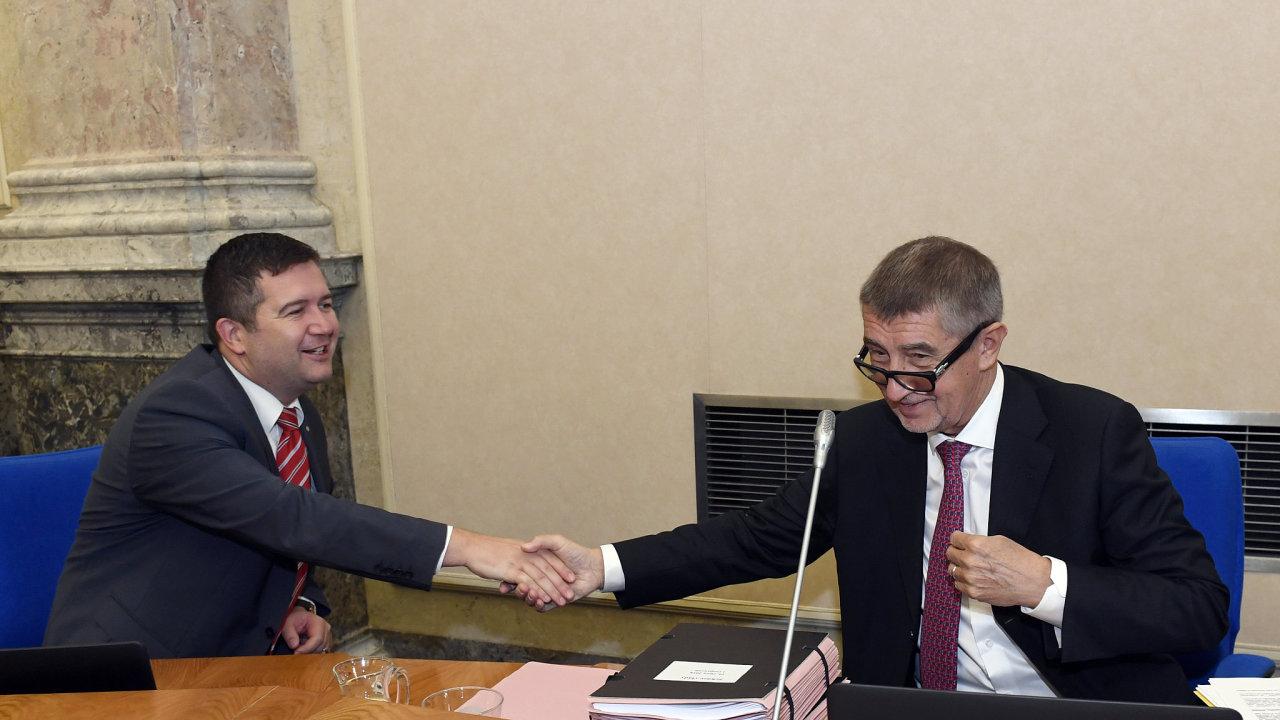 První místopředseda vlády a ministr vnitra Jan Hamáček (vlevo) a premiér Andrej Babiš 10. října 2018 v Praze na jednání vlády.