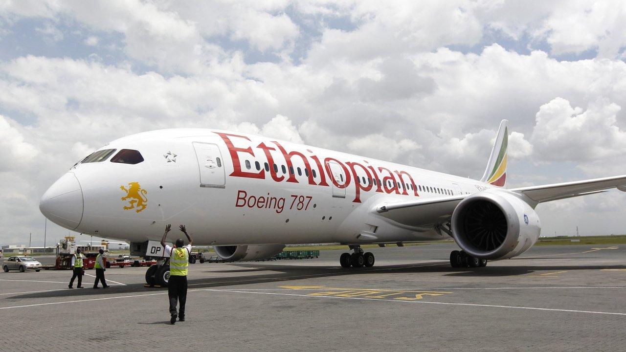 Boeing 787 Dreamliner společnosti Ethiopian Airlines před odletem z letiště v Addis Abebě