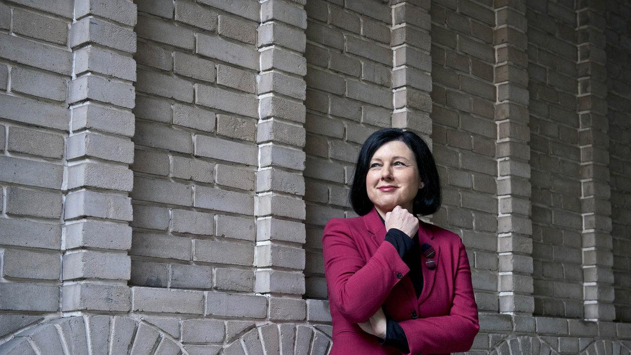 """""""Chceme pro evropské podniky více on-line řešení, která současně povedou kesnížení nákladů ačasovým úsporám,"""" říká Věra Jourová, eurokomisařka pro spravedlnost."""