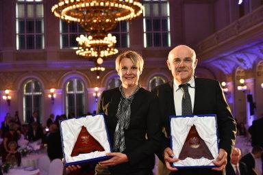 Manažerka roku Tanja Vainiová (generální ředitelka ABB pro ČR a SR) a Manažer roku profesor ČVUT Vladimír Mařík.