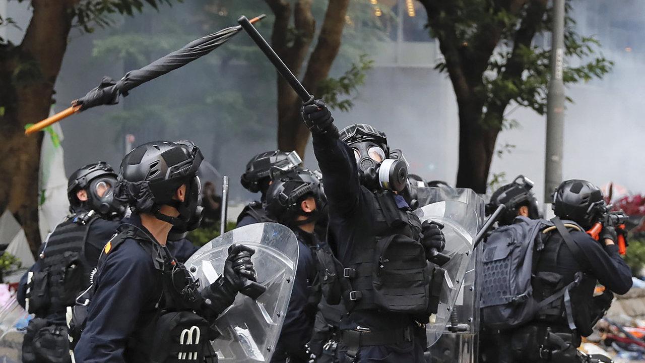 Hongkongská policie zasáhla slzným plynem a vodními děly proti demonstrantům.