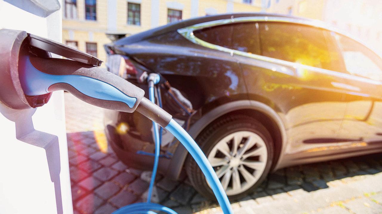Automobilky nechtějí platit vysoké pokuty zanadměrné emise, zavádějí proto výrobu elektromobilů.