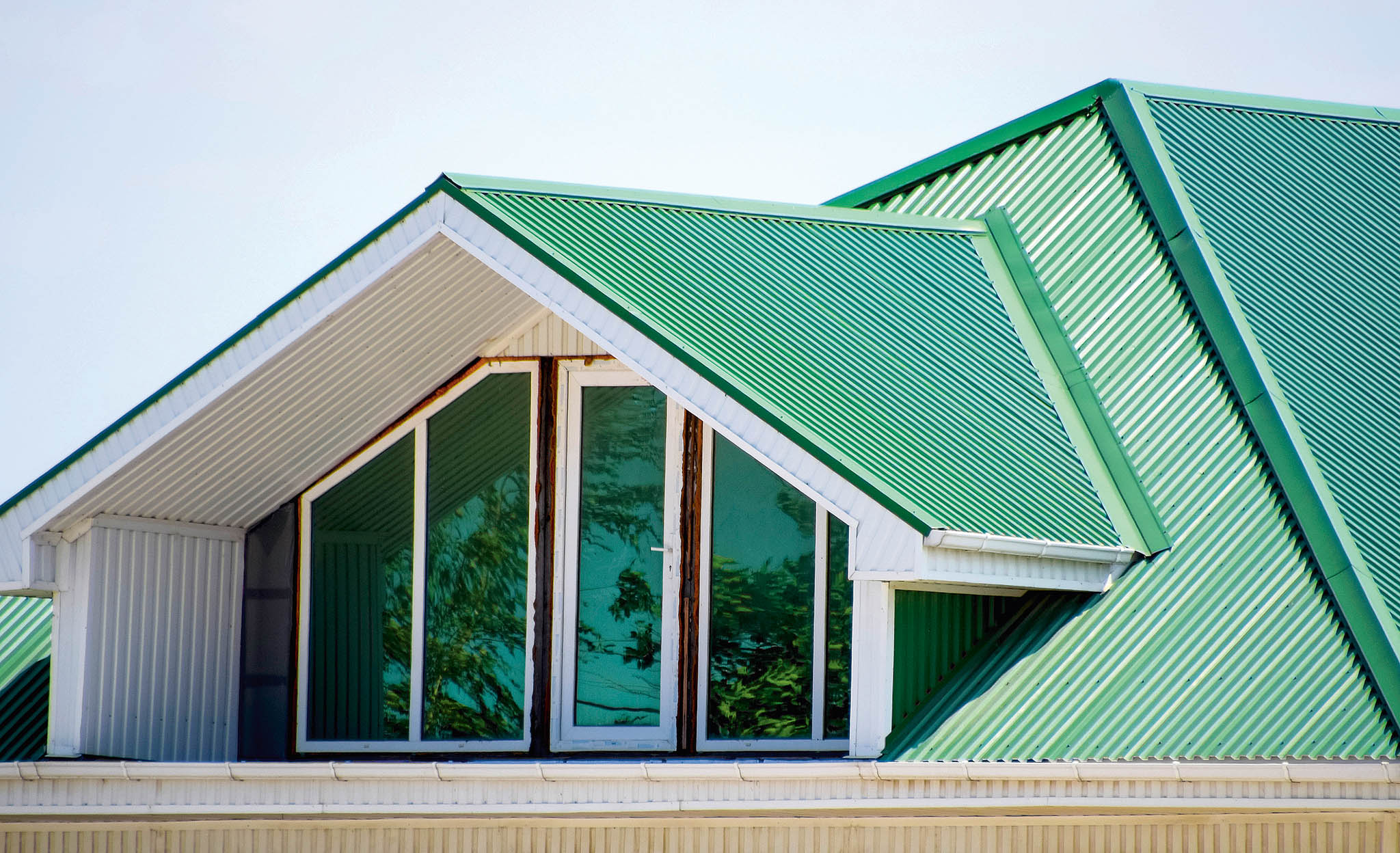 Plechové střechy si lze vybírat vrůzných barevných provedeních, odčerné přes hnědou, tmavě šedou ačervenou až pozelenou.