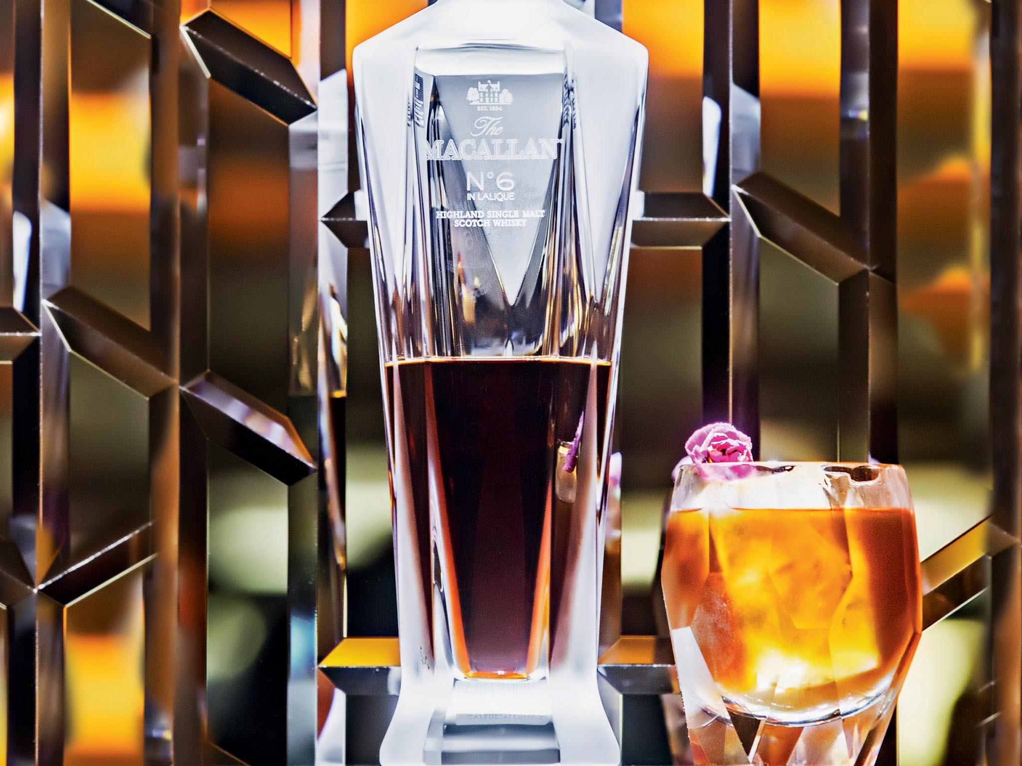 Přijdete doBe Bop Baru, objednáte si drink Le Memorable azaplatíte 10 tisíc korun. Ale stojí to zato. Vceně se totiž odráží hodnota nejvzácnější skotské whisky zpalírny Macallan.
