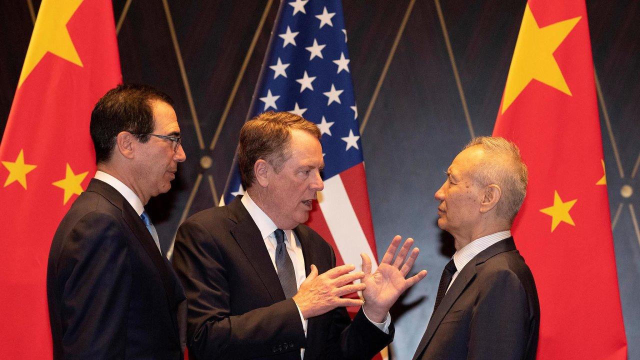 DoWashingtonu přicestuje sdelegací čínský vicepremiér Liou Che (vpravo). ZaAmeričany budou jednat ministr financí Steven Mnuchin (vlevo) ahlavní obchodní vyjednavač Robert Lighthizer (uprostřed).
