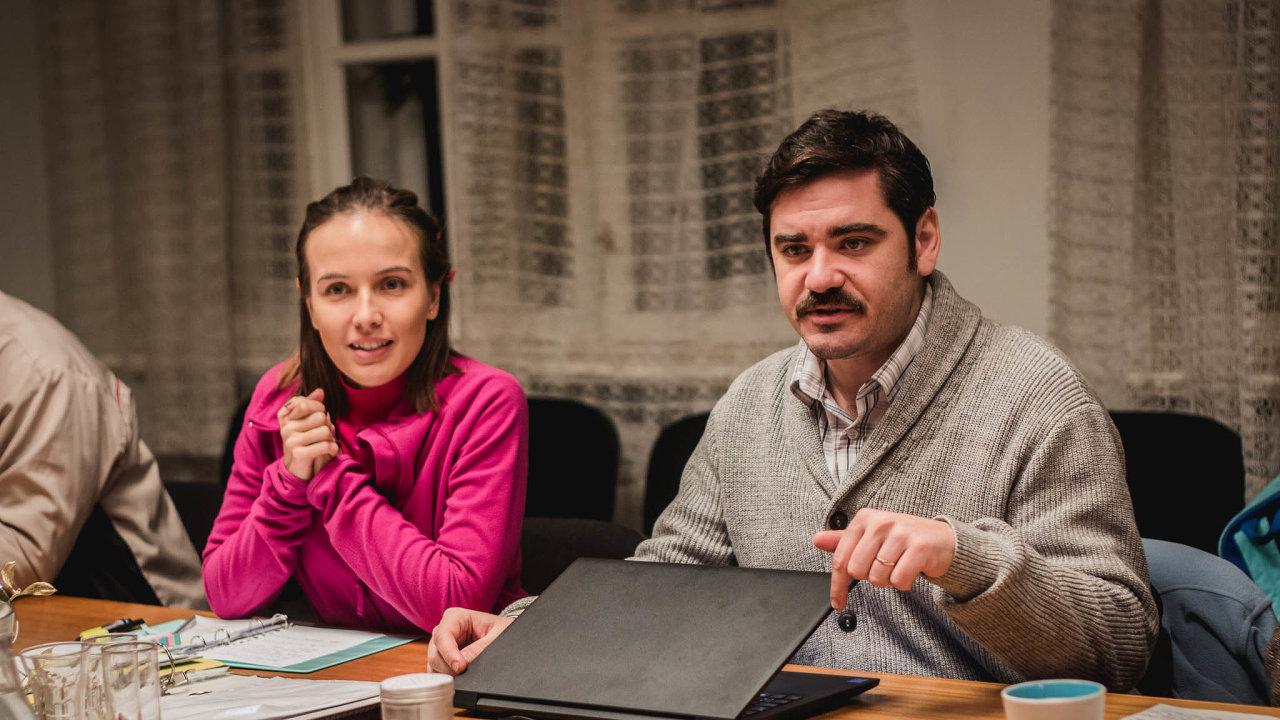 Na snímku z Vlastníků jsou Vojtěch Kotek coby milující manžel pod pantoflem a Tereza Voříšková jako jeho žena.