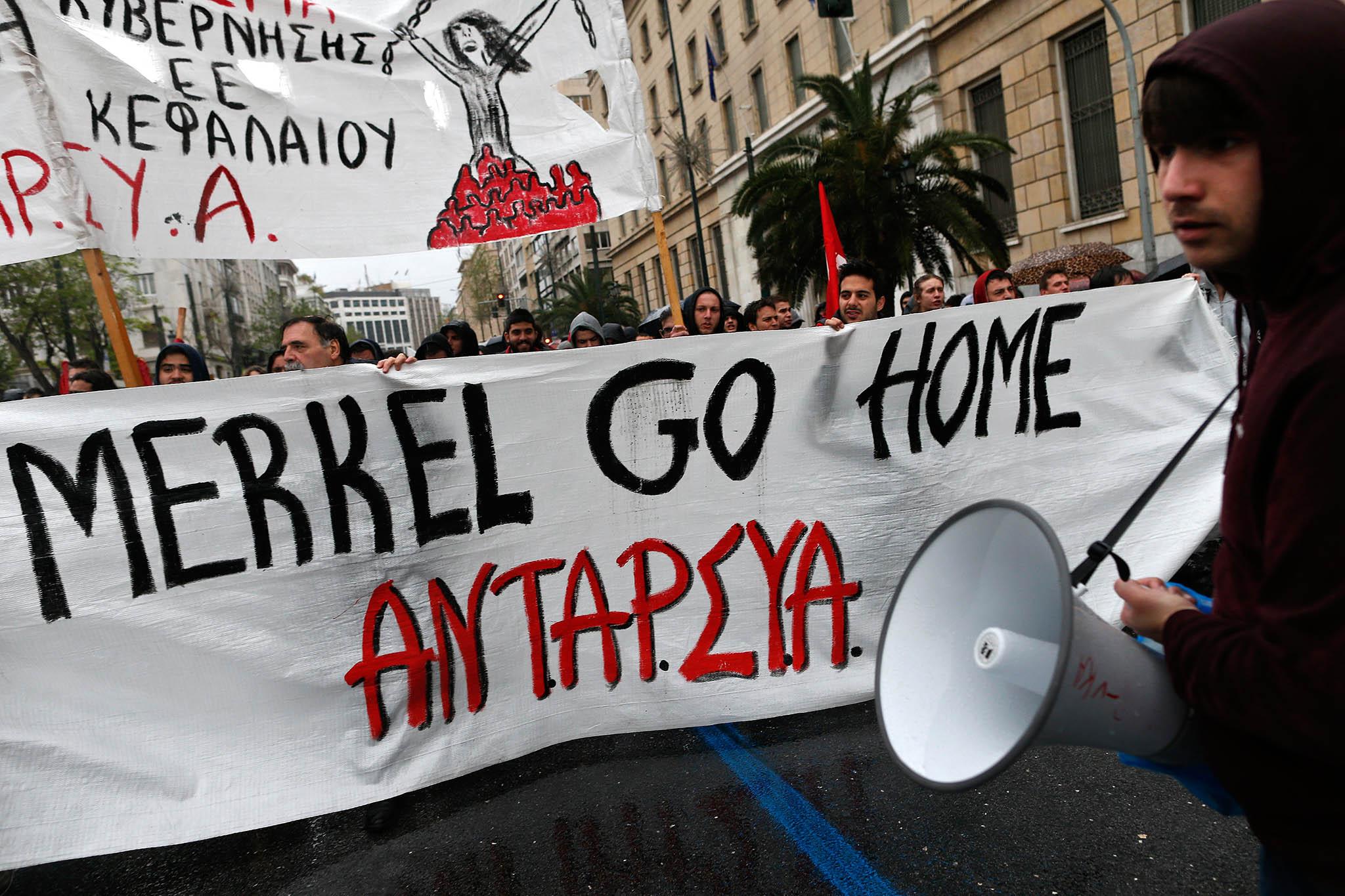 Proti Německu. Řecké protesty proti německé politice v dluhové krizi mířily hojně na spolkovou kancléřku Angelu Merkelovou.
