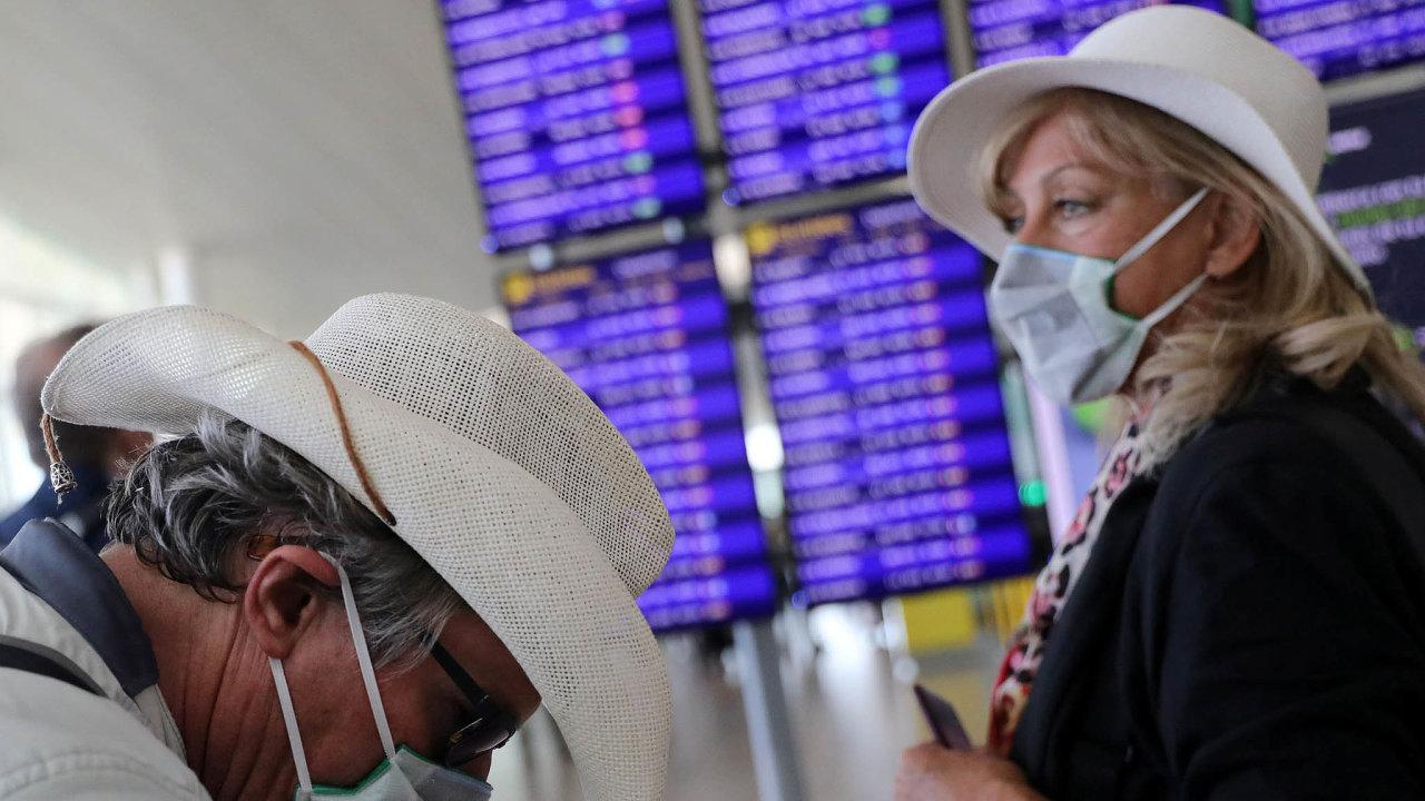 Evropská letiště zavádějí přísné kontroly cestujících kvůli obavám ze šíření nákazy. Tak jako Barcelona na snímku.