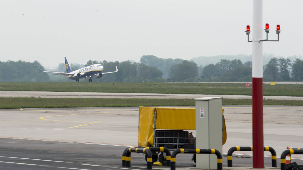 Zpardubického letiště se stane centrální příjem roušek, respirátorů adalšího zdravotnického materiálu. Ten vláda chce dopravit zČíny vněkolika letadlech během následujících dnů.