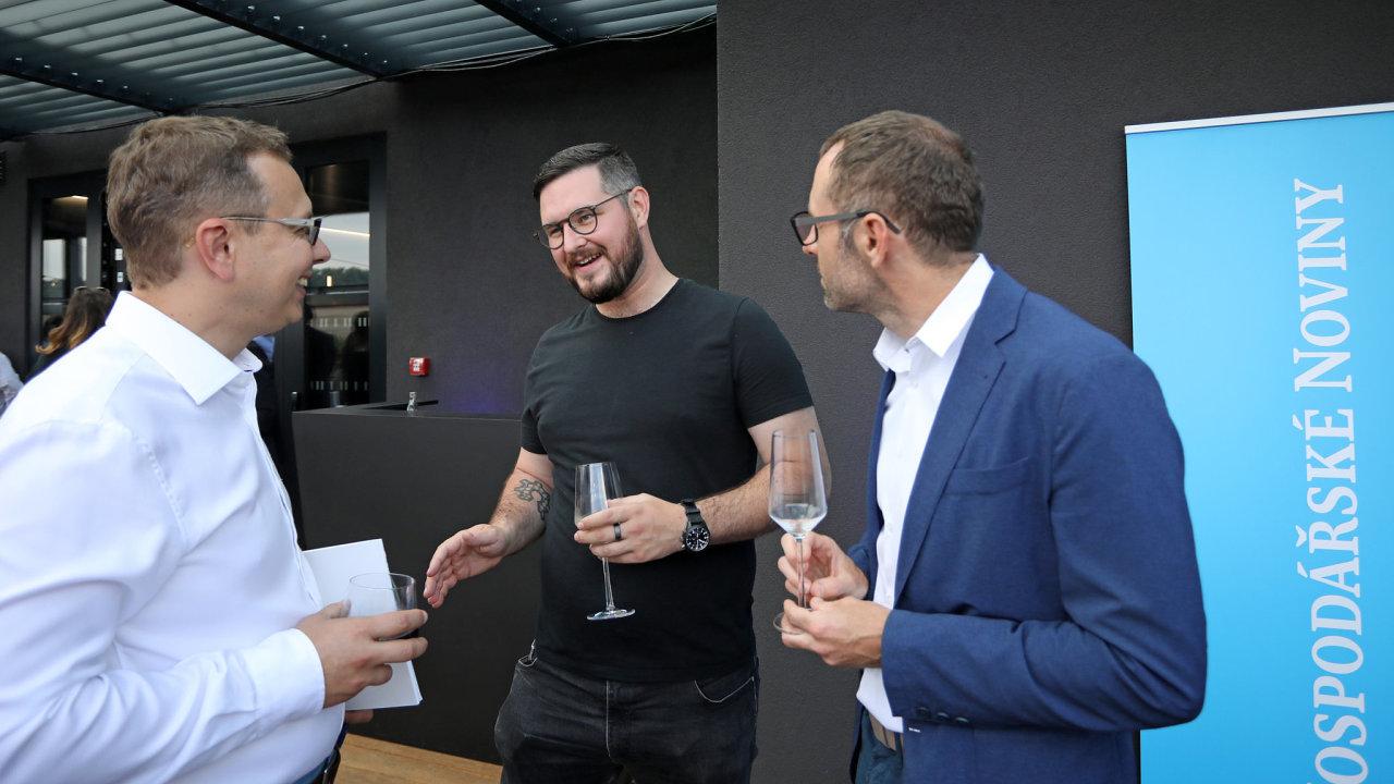 Uprostřed Josef Průša, zakladatel 3D tiskáren Prusa Research a letošní EY Podnikatel roku, vpravo miliardář Petr Pudil a Jaroslav Mašek, šéfredaktor Hospodářských novin.