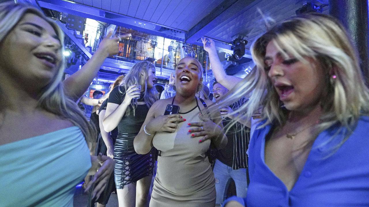Od pondělí se v Anglii může do klubu i do baru, přísná protiepidemická opatření jsou pryč. Na snímku je otevřený Bar Fibre v Leedsu.