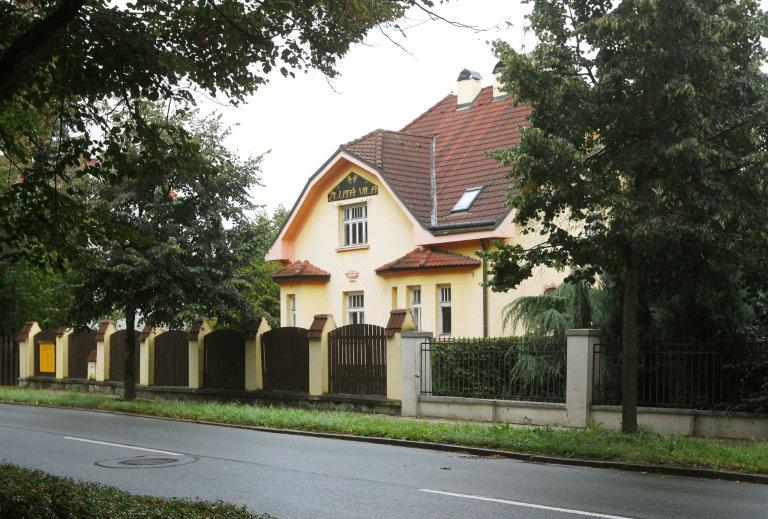 Erotický klub Žlutá vila je personálně propojen s firmou APISTERION, za kterou jedná podnikatel Leo Král starší