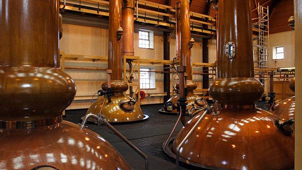 Kouř a vůně jódu se do whisky z Islay dostávají ze sladu uzeného nad rašelinou, ten se pak pálí v tradičních kotlích.