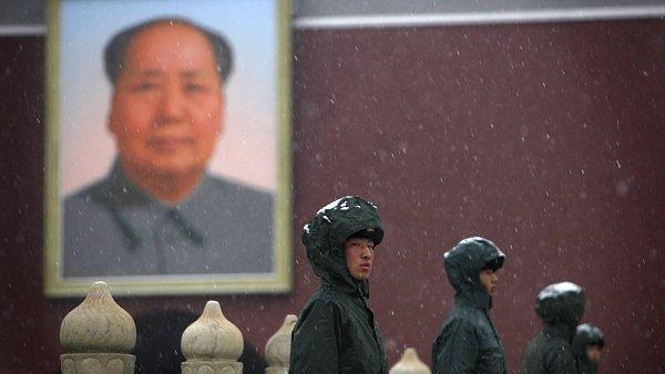 Čínští milicionáři na náměstí Nebeského klidu v Pekingu