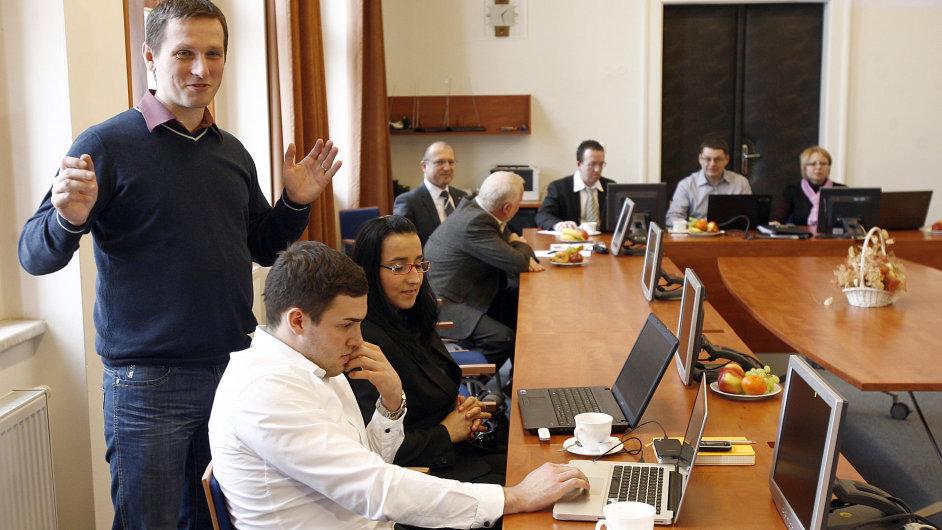 Starosta Říčan Vladimír Kořen (vlevo) sleduje e-aukci energií