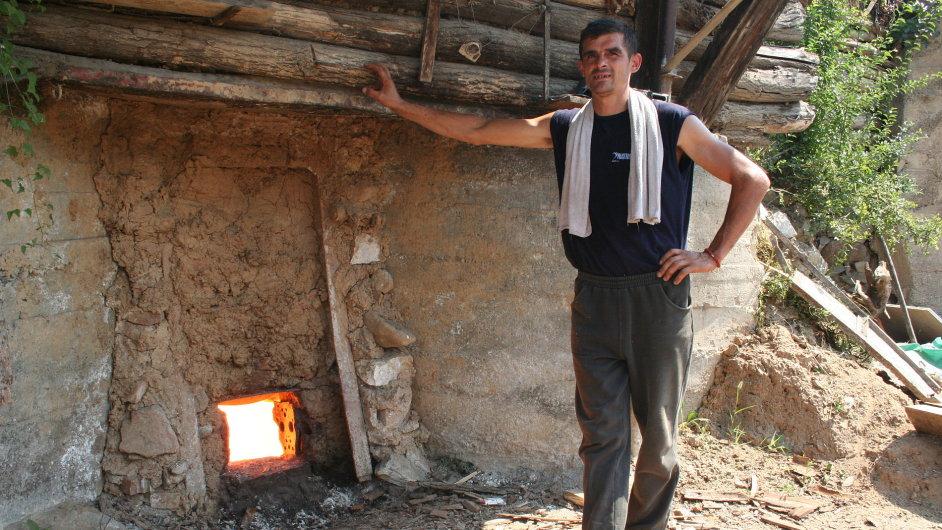 I přes tisícistupňový žár uvnitř pece a letní horko venku jsou dlouhé kalhoty nezbytné. Jedinou úlevu přináší ručník a litry vody. Člověk si ale zvykne.