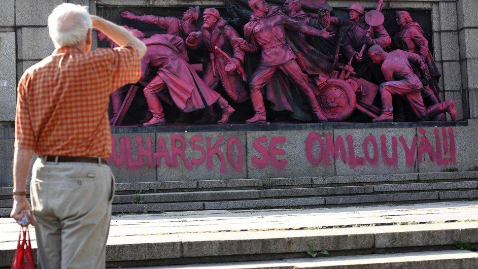 Památník sovětské armády v Sofii obarvený na růžovo