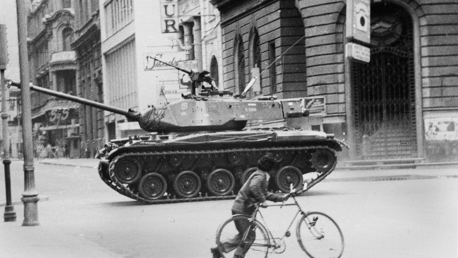 Armádní tank projíždějící ulicemi Chile