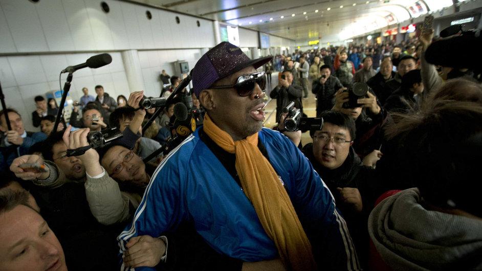 Basketbalista Dennis Rodman přijel v neděli na letiště v Pekingu ze své návštěvy KLDR. Uvítaly ho desítky novinářů.