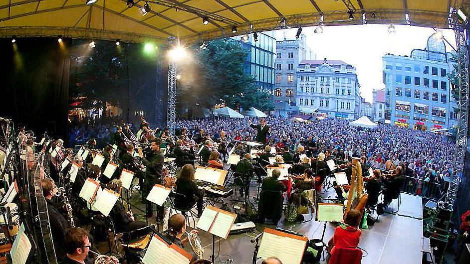ČNSO s dirigentem Marcellem Rotou v pondělí na Václavském náměstí