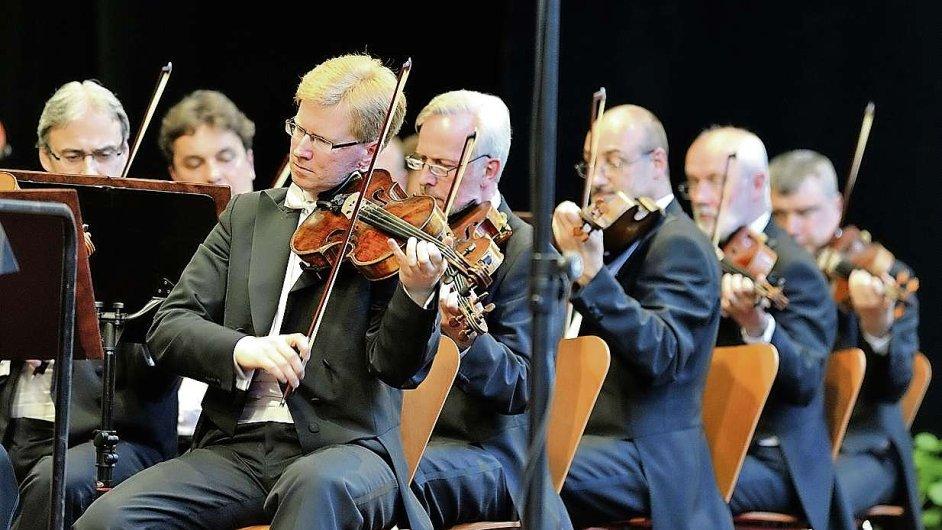 Vystoupení České filharmonie na Hradčanském náměstí v Praze dnes začínají v 15 hodin.