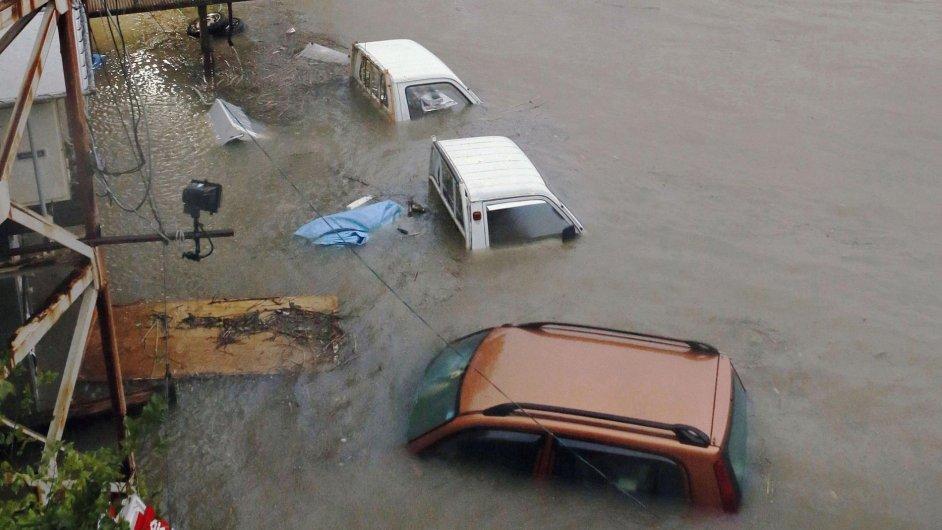 Zatopená auta v Japonsku po tajfunu Halong