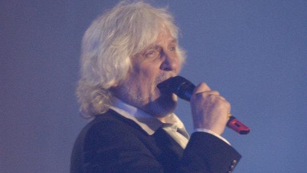 Zem�el hudebn� skladatel a zp�v�k Petr Hapka. Bylo mu 70 let