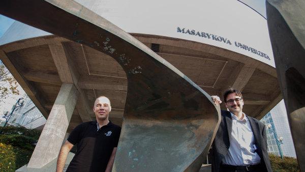 Roman Chytilek (vlevo) a Jiří Špalek před ekonomickou fakultou
