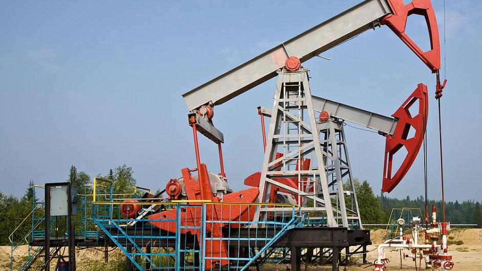 Ceny ropy se za půlrok propadly o čtyřicet procent. Propad však již nebude pokračovat, míní ekonom Goldman Sachs.