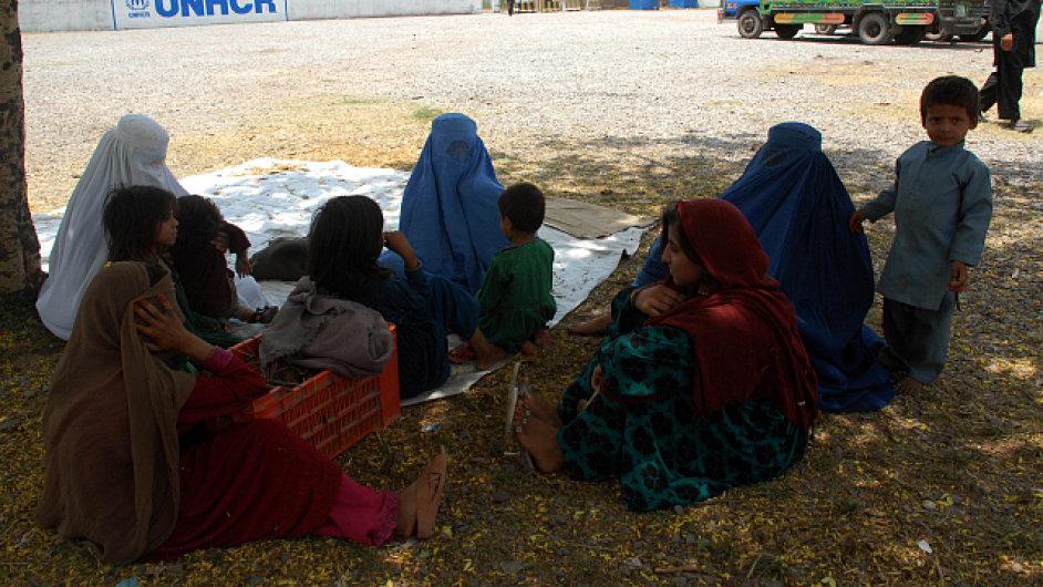 Nejvíce obětí se nachází ve městě Karáčí, kde teploty v posledních několika dnech dosahovaly 45 stupňů.