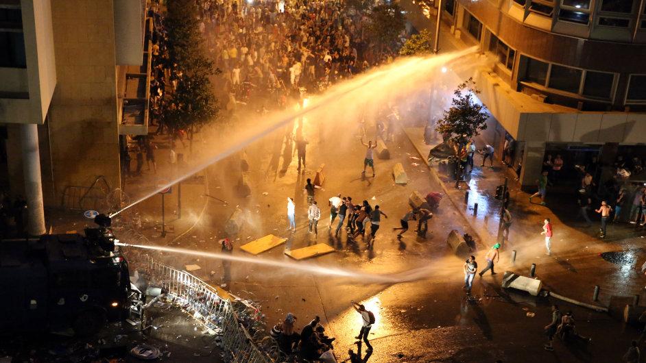 Protesty v Bejrútu, hlavním městě Libanonu, přerostly v politickou krizi a pouliční boje.