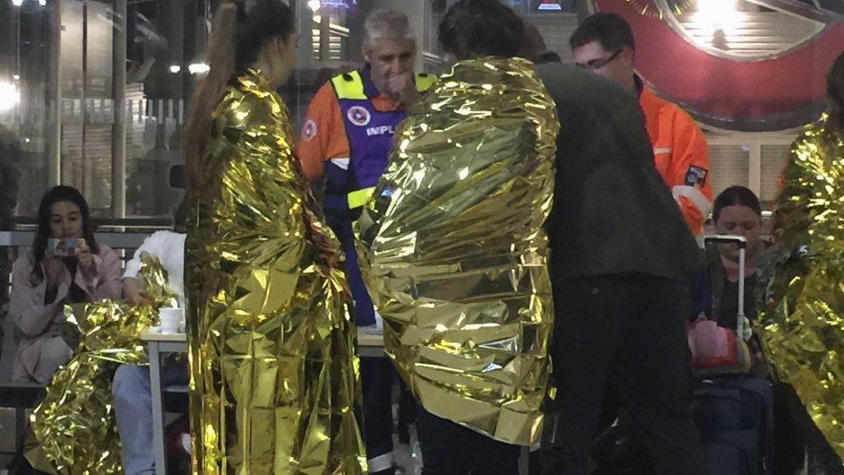 O cestující ze zrušených vlaků se postarali záchranáři, rozdávali zahřívací staniolové deky.