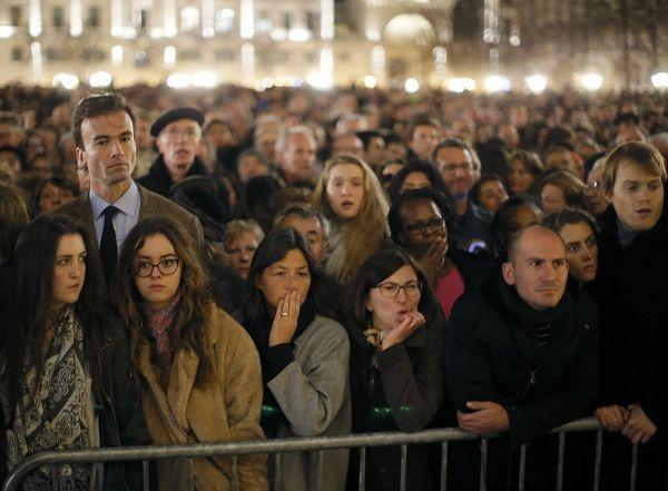Lidé před katedrálou Notre Dame, kde se slouží mše za oběti útoků.