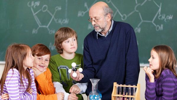 """Obl�ben� """"laborky"""", kde si studenti mohli sami vyzkou�et jednoduch� pokusy, kon�� - Ilustra�n� foto."""